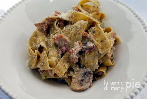 La Apple Pie di Mary Pie: Fettuccine al pepe nero con salsa cremosa alla pancetta e funghi