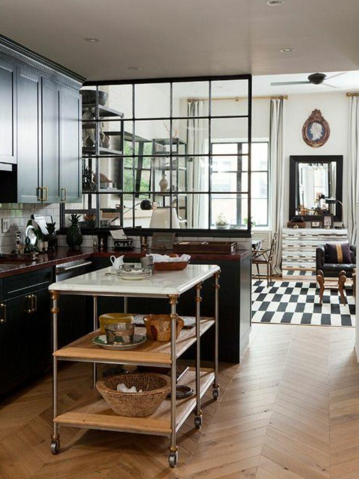 offene küche wohnzimmer abtrennen parket hilfstisch rollen küchenschranktüren schwarz musterteppich spiegel ledercouch schwarz