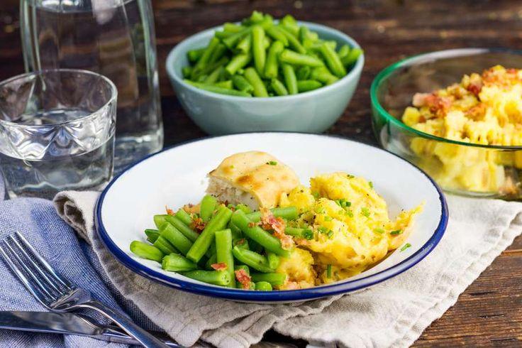 Recept voor kabeljauwfilets voor 4 personen. Met zout, boter, peper, aluminiumfolie, kabeljauwfilet, bacon, cheddar, sperzieboon en aardappel