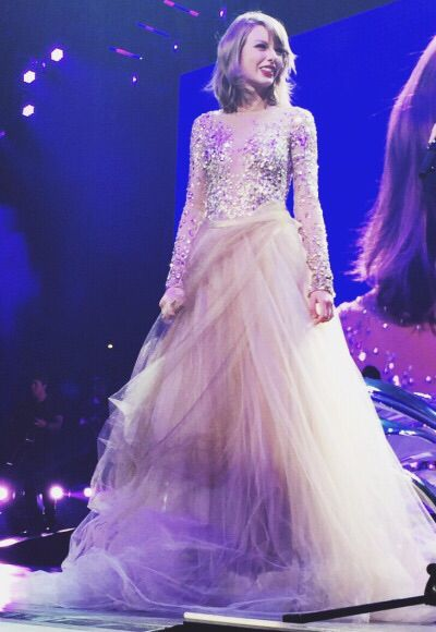 Taylor standing up in the Enchanted/Wildest dreams outfit