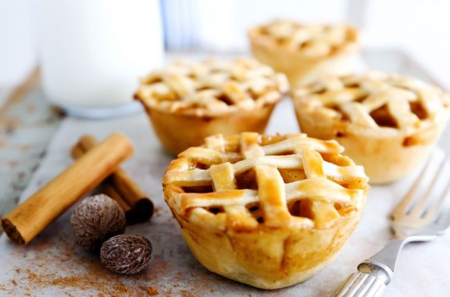 Мини-десерты уверенно завоевывают сердца сладкоежек по всему миру. Это неудивительно, ведь они идеальны для фуршетов, пикников и детских вечеринок и могут заменить как пирожное, так и всяческого вида конфетки.
