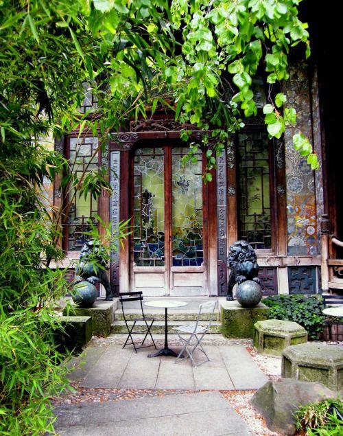 La Pagode, 57 bis, rue de Babylone, 7e arr.  Aujourd'hui, on se rend à la Pagode autant pour voir un bon film que pour contempler son jardin japonais en dégustant une tasse de thé.