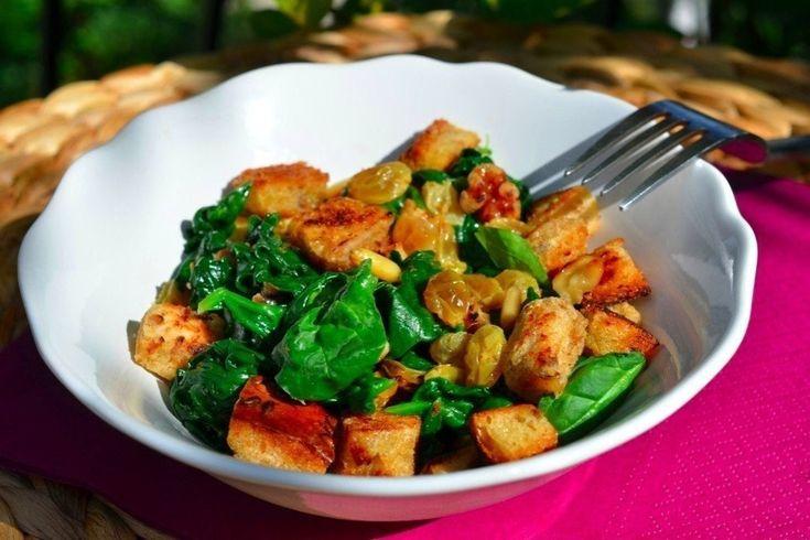Теплый салат из шпината, изюма и кедровых орешков