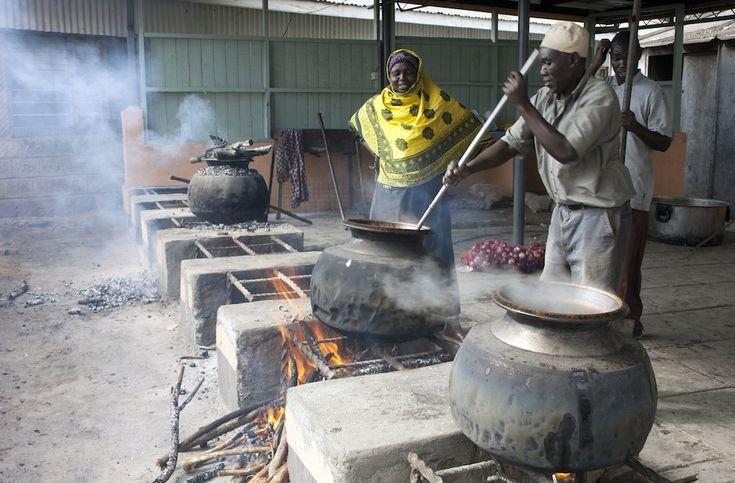 Kenya Due persone della moschea di Noor, a Nairobi, preparano il cibo per l'iftar – la cena con cui i fedeli interrompono il digiuno durante il Ramadan – per i poveri, 10 luglio 2013. (AP Photo/Sayyid Azim)