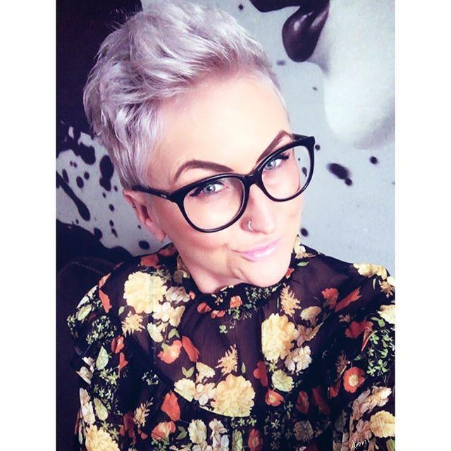 >hairstyle< Ganz viele Instis fragen mich, welche Produkte ich benutze um die Haarfarbe frisch zu halten. Ich nehme das Silbershampoo von L'Oréal und eine Tonspühlung von Wella. Damit bin ich sehr zufrieden. Habt alle einen gemütlichen Abend. #hairdressing#hairstyle#kurzehaare#shorthair#pixie#silverhair#me#metoday#khfis#fashion#citygirl#smile#style#hamburg#berlin#igers#instadaily#potd#picture#lovely#happy#happyme#momlife#greyhair#haircut#instagood#dienstag#mystyle#glasses#selfie