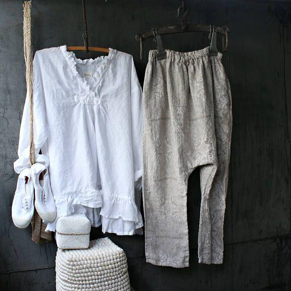 Slouch pantaloni di lino effettuate in Jacquard di lino, che sono modelli riccamente tessuti che sono più difficili da tessere e considerato un tessuto cimelio a causa della complessità e artigianalità coinvolti nella sua creazione. Mi piace come hanno rivelato i pantaloni, due dimensioni sono avaliable, piccole e medie e grandi dimensioni/extra grande... Questi pantaloni danno un look sciolto rilassato, ottimo per tutte le stagioni ed hanno una quantità limitata.  Spedizione gratuita in...