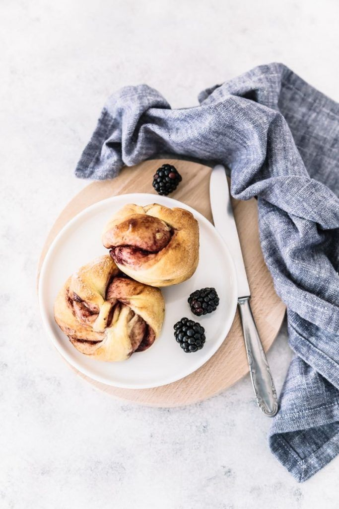 Sweet buns filled with blackberry jam - Panini dolci alla confettura di more - panini dolci con confettura - confettura di more - Blackberry jam - sweet buns recipe - food photography - opsd blog - sonia monagheddu