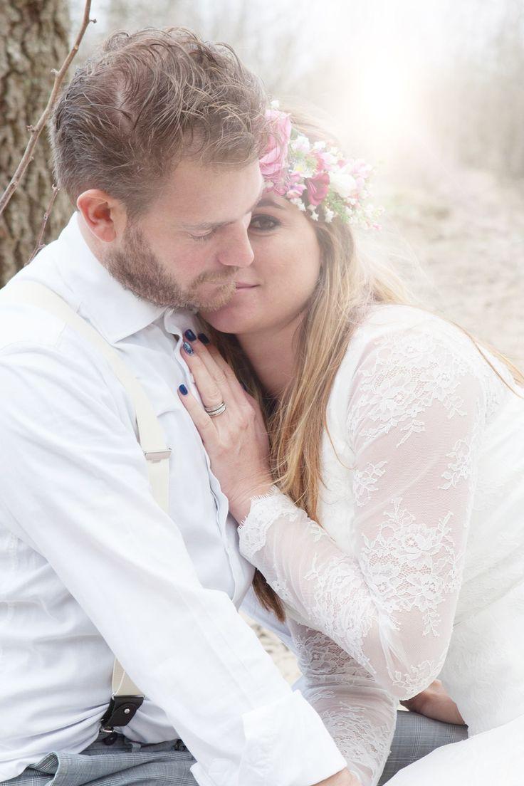 Bohemian Summer bruidegom & bruid Tim en Stephanie Akkerman in een innige omhelsing.