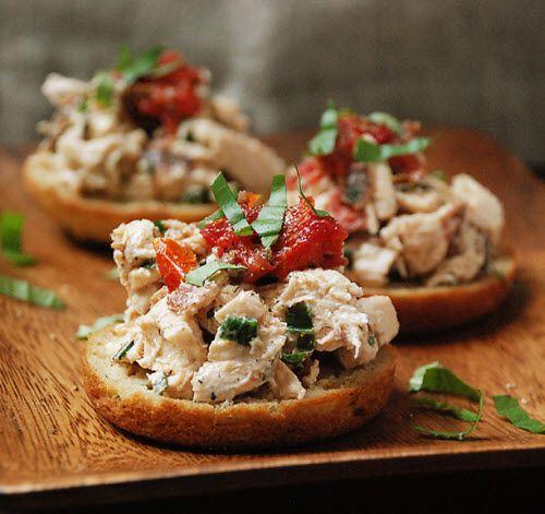 Crostini de ensalada de tomate deshidratado, Bacon y pollo.  Receta (en inglés): http://www.multiplydelicious.com/thefood/2012/01/sundried-tomato-bacon-chicken-salad-crostini/#    #hazteunpansano Pansano www.pan-sano.es