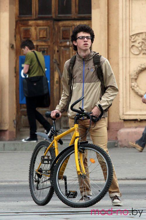 Весенняя мода на улицах Минска. Апрель. Часть 1 (наряды и образы на фото: синяя застёжка-молния)