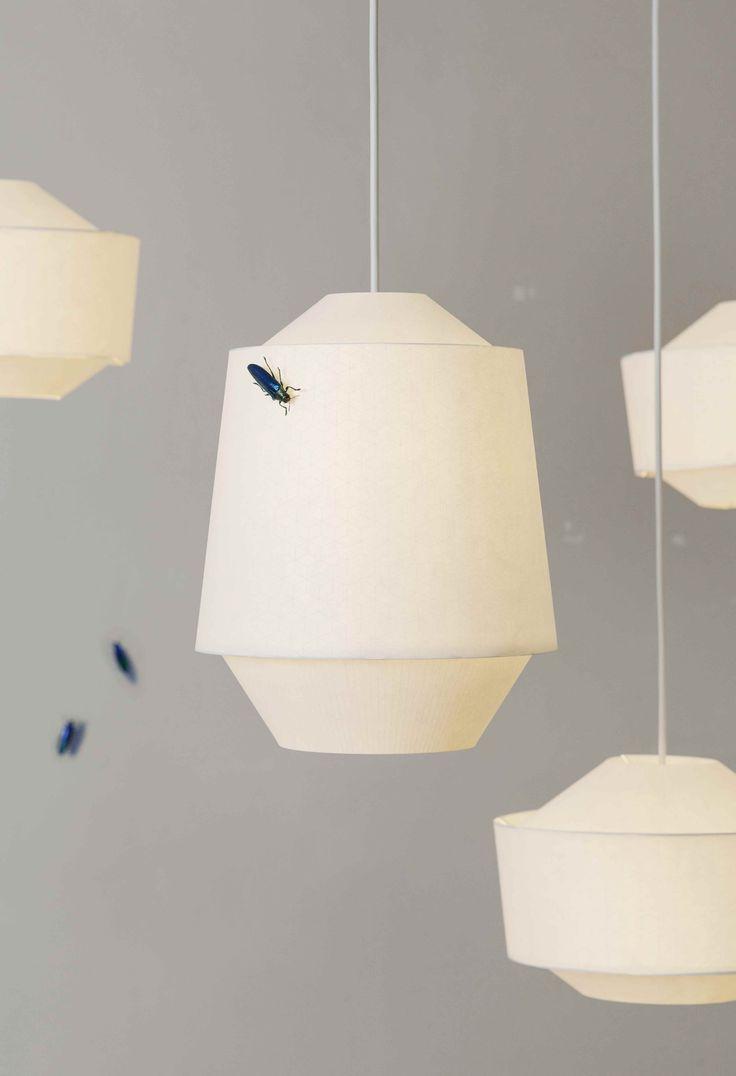 Een betoverende lichtarmatuur die tot 8 uur nagloeit nadat de lichten zijn uitgedoofd. Het patroon op de papieren lampenkap werd gezeefdrukt met een glow-in-the-dark inkt. De Loena lantaarn is ideaal voor een kinderkamer maar past ook perfect in je eigen volwassen slaapkamer. Een design van Ontwerpduo, beschikbaar in twee modellen.