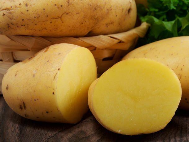 Kartoffeln in Schuhen gegen drückende Schuhe