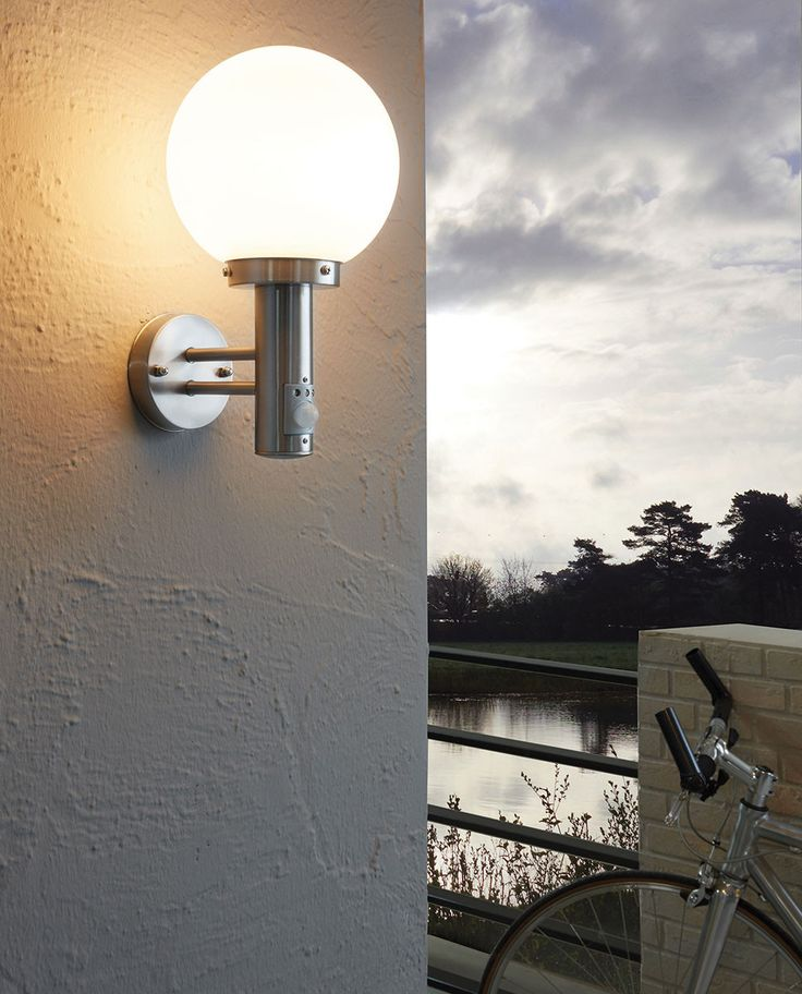 Nisia er en serie klassisk vakre utelamper produsert av Eglo i rustfritt stål med en opal kuppel i glass. Serien består av en vanlig vegglampe, en vegglampe med sensor og to stolper i ulik høyde. Denne vegglampen med sensor har en lysstyrke på 2-2000 lux og en varighet på 5-240 sekunder med 8 meters sensitivitet. Lampen kan monteres i et hjørne ved kjøp av tilleggsdel, kontakt oss for dette.