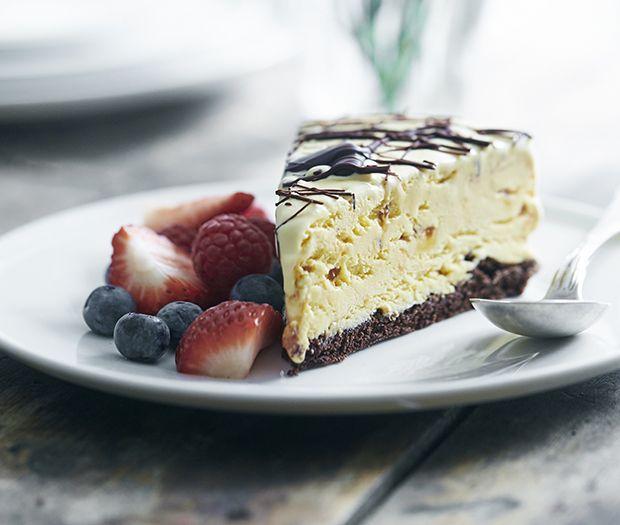 Lav en islagkage med den mest svampede chokoladebund, og nyd den til en festlig lejlighed eller bare på en festlig hverdag.