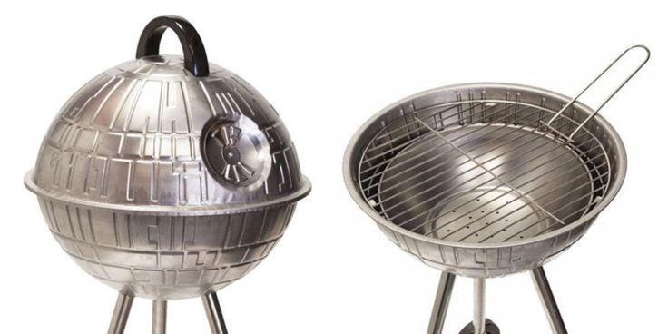 Mit diesem Todesstern BBQ-Grill kann man grillen wie ein Lord! Den Todesstern kann man bei The Fowndry für £99.99 (ca. 131 Euro) käuflich erwerben. Mit seiner wahnsinnigen Feuerkraft schafft er es nicht nur einen ganzen Planeten zu vernichten, sondern macht auch den Würstchen Feuer unterm Hintern. Da kann der Sommer kommen! That's no moon It's [ ]