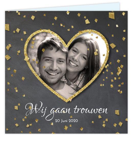 Romantische stoere uitnodiging voor jullie bruiloft? Met krijtbord design op de ondergrond en goudlook glitter confetti blokjes. Geheel zelf aan te passen. Gratis verzending in Nederland en België.