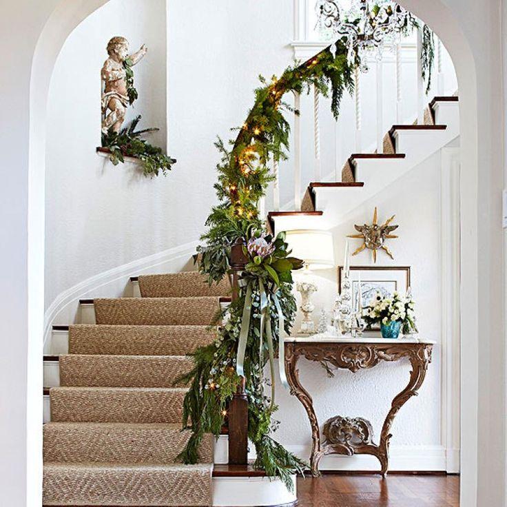 Escalera de ingreso decorada para las fiestas navideñas.