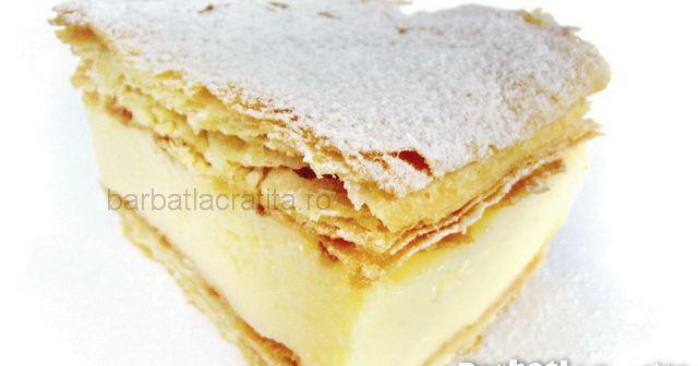 O felie de crema de vanilie facuta sendvis intre doua foi de aluat frantuzesc (foitaj).