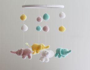 Este bebé móvil consisten en cuatro elefantes ganchillo hechos en colores pastel: blanco, pálido, rosa, amarillo y menta. Ocho bolas de ganchillo se