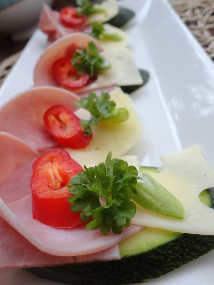 Zvířátkový den - nakrájená cuketa nebo kedluben obložené šunkou, sýrem, paprikou, vajíčkem, jarní cibulkou