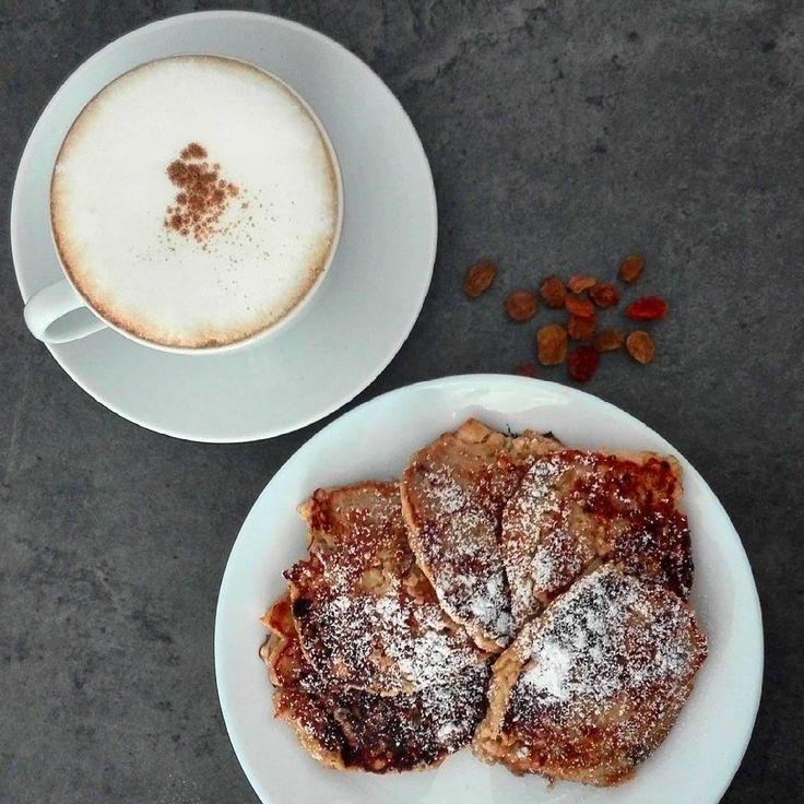 Racuchy twarogowe z jabłkami na 350 kcal.  B: 22g T: 17g W: 38g Bł: 4g ➖➖➖➖➖➖➖➖➖➖➖➖➖➖➖➖➖ 100 g jabłka 10 g masła 1 płaska łyżka cukru trzcinowego lub innego słodzidła 1 jajko 60 g twarogu półtłustego 20 g mąki pszennej pełnoziarnistej kilkanaście rodzynek skórka startą z cytryny lub pomarańczy cynamon, cukier puder  Jabłko pokroić w kostkę. Na maśle podsmażyć jabłko z cukrem i cynamonem. Następnie rozgnieść jabłko z twarogiem, jajkiem i mąką. dodać rodzynki i startą skórkę z cytryny. Smaż...