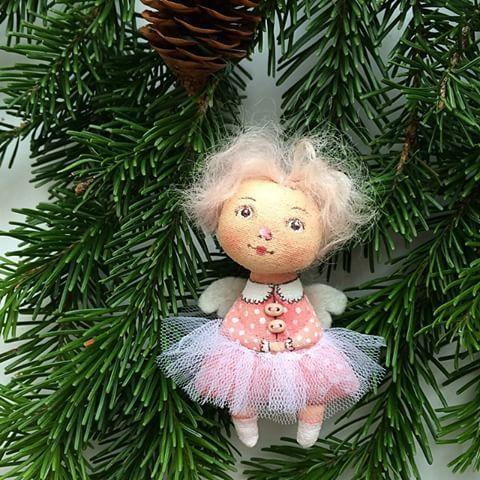 Доделываю прошлогодние заказы. Вот такая малютка #брошь #ангел  в розовом номер 1. #куклаизткани#куклысахаровойнатальи #авторскаякукла #рождество