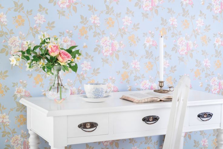 'Ester Marias Kammare' (449-01). In the summer of 2014 the swedish people followed om TV when Ernst Kirchsteiger transformed a 20th century farmhouse into a summer dream. In the farm's bedroom was an old wallpaper that inspired Ernst to design his own beautiful flower wallpaper - Ester Marias Kammare.