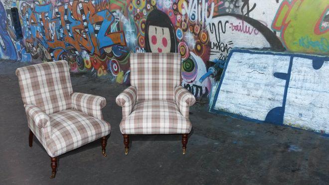 2 fauteuils in een geblokte stof van Switch meubelstoffen