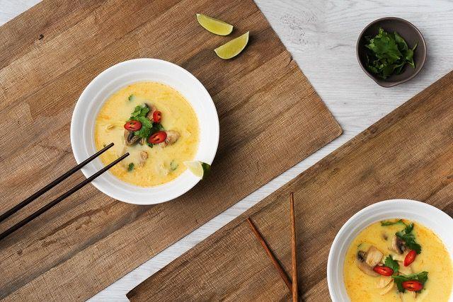 És igen! Közkívánatra visszahoztuk nektek az imádott Tom Kha gai levest (egyébként nekünk is nagykedvencünk). Ez a fogás semmiképp sem hiányozhat egy klasszikus ázsai vacsoraestről!