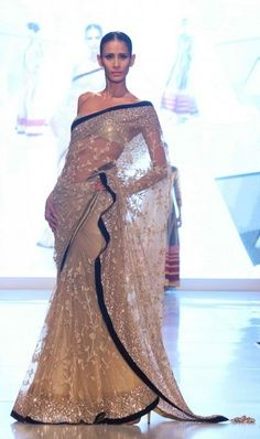 love the contrast on this saree