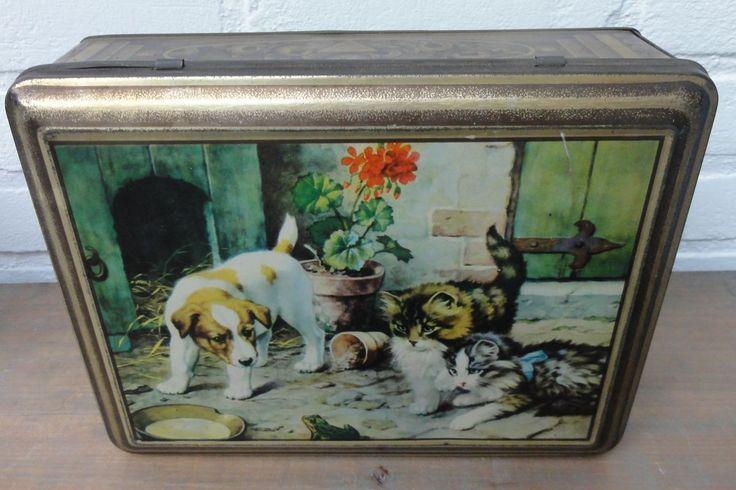 Oud Frans brocante blik met hondje, 2 jonge poezen en kikker - La Brocanti - Mooi verweerd blik met scharnier deksel.Leuk om mee te decoreren. 24,5 cm x 18,5 cm x 7,3 cm.Rondom het blik bloemen.Kras op de bovenkant en een paar krassen op de voorkantverder in een goede staat.