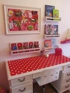Great way to use IKEA spice racks! Mijn HobbyBlog: De meidenkamer http://mijnhobbyblog.blogspot.nl/2012/03/de-meidenkamer.html#