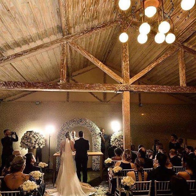 Com ares de celeiro, mas dentro da cidade! O @espacomeet é mesmo um local para casamento dos sonhos! -> Peça seu orçamento diretamente para o @espacomeet através do Guia de Fornecedores B&L! #dreamteamberriesandlove #berriesandlove #casamentodossonhos #casamentobh #noivabh #bh
