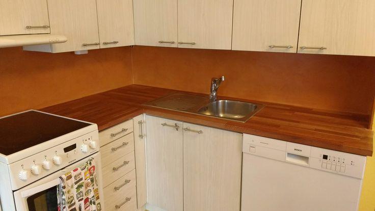 Keittiön välitilaan vanhan laatan päälle mikrosementti.