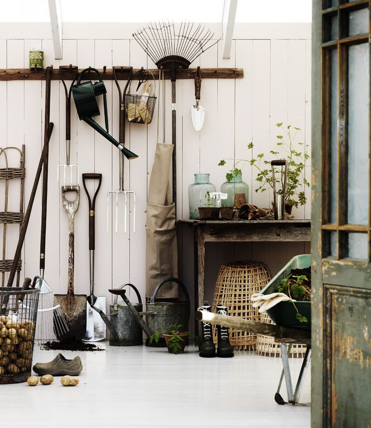 When it is planted and grown is solid tool is a must!  Use an old patinated table planting table.  Wire basket, Atmosphere, culture bells of bamboo and planting spades Little Fish Street garden center.  Watering cans in zinc, Garden Home.  Photo: Clive Tompsett / Country Life 1/2012.
