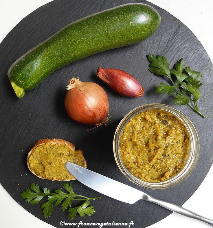 Pâté de courgette  1 courgette (environ 250 g) 1 oignon moyen 1 échalote 1 gousse d'ail 3 cuil. à soupe d'huile d'olive 1 cuil. à café de thym (ou d'herbes de Provence) 1 cuil. à café de persil haché 1 biscotte écrasée 1 cuil. à soupe à peine bombée de fécule de maïs 1 cuil. à soupe de levure maltée ½ cuil. à café de curry 1 pincée de noix de muscade Sel Poivre