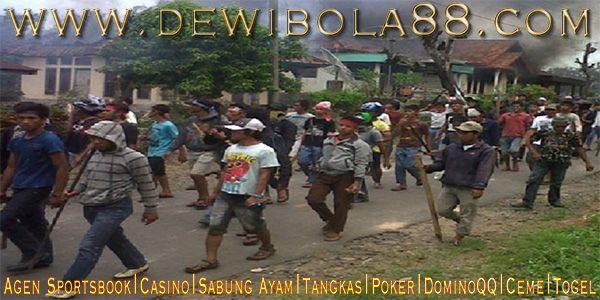 Lampung Kembali Membara 28 Rumah Dibakar Serta 25 Dirusak  http://bit.ly/20ox86c  #dewibet #dewibola88 #agenjudionline #bettingonline #sportbook #casino #bolatangkas #togel #sabungayam #kartucapsa #poker #dominoqq #ceme #agenjuditerpercaya #agenterpercaya