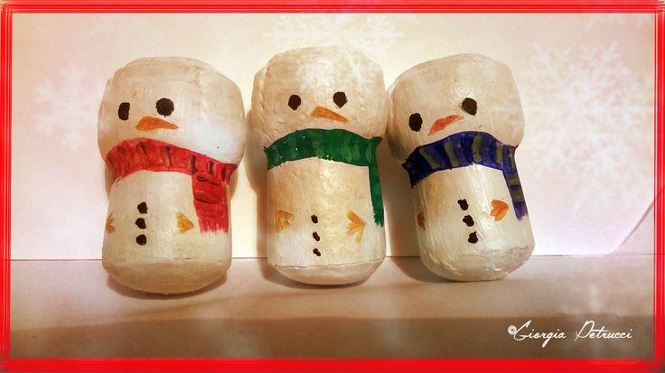 Tappi in sughero dipinti a mano con colori acrilici. Simpatico porta chiavi  a forma di pupazzo di neve. Ideale per un pensierino natalizio.