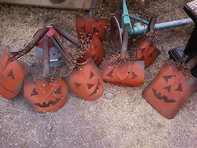 Last fall I finally figured out what to do with all those rusty shovel heads!! I might have just scored 25 more shovel heads!! #fall #shovels #crafts