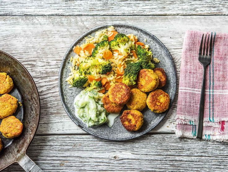 Gebakken rijst met groenten, falafel, frisse tzatziki, currykruiden en harissa Recept | HelloFresh