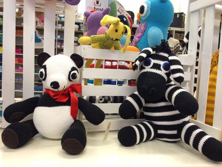 To gode venner, der elsker at posere i butikken. De er hæklet i Blend garn.  From #yarn to #lovely