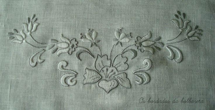 Os Bordados da Bolboreta: Toallas de lino bordadas y con encaje de bolillos