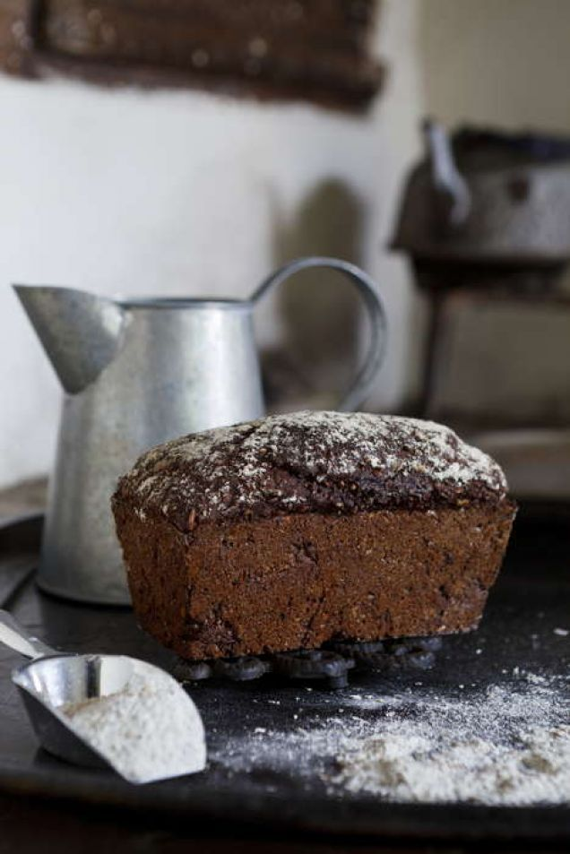 Grovt rågmjöl och svart sirap gör det här brödet både vackert och gott.