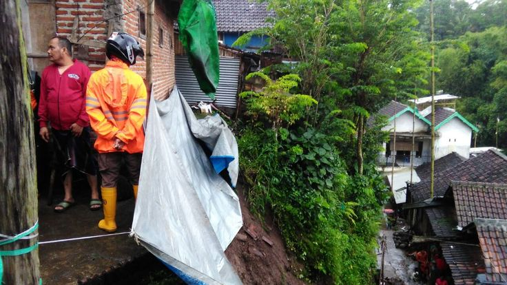 Longsor Menimpa Rumah Seorang Nenek di Muharto http://malangtoday.net/wp-content/uploads/2017/01/8b60cef0-d8ec-4f28-95f6-7b8692ac43d7.jpg MALANGTODAY.NET – Bencana longsor menimpa salah satu rumah nenek, warga di perkampungan padat penduduk, Jalan Muharto Gang 7, kota Malang, sekitar pukul 14.00 WIB. Kejadian tersebut menimpa rumah Ibu Seno (61) yang tinggal bersama ketiga cucunya yakni Rexi, Ovi dan ... http://malangtoday.net/malang-raya/kota-malang/longsor-menimpa-r