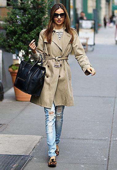 Ungewöhnlich lässig mit zerrissener Jeans, Streifenshirt und Trenchcoat zeigt sich Miranda in New York.