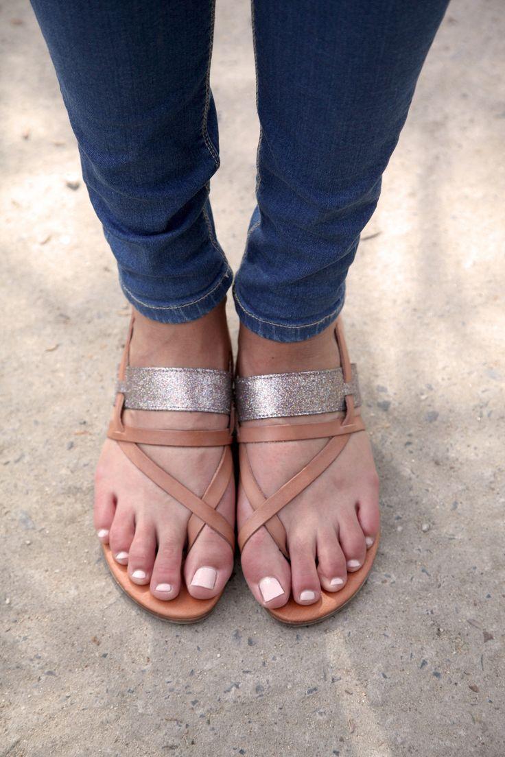 Sandales plates brunes avec une bride pailletée| Le Routard Maike | Brantano