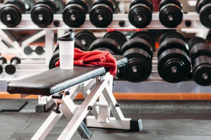 Entre las principales máquinas que encontramos en un gimnasio siempre está presente el banco con diferentes formas y algunos con la posibilidad de declinar e...