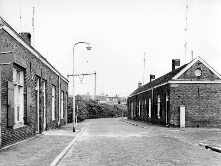 De Spoorwegstraat in 1955. Rechts de Tuinstraat