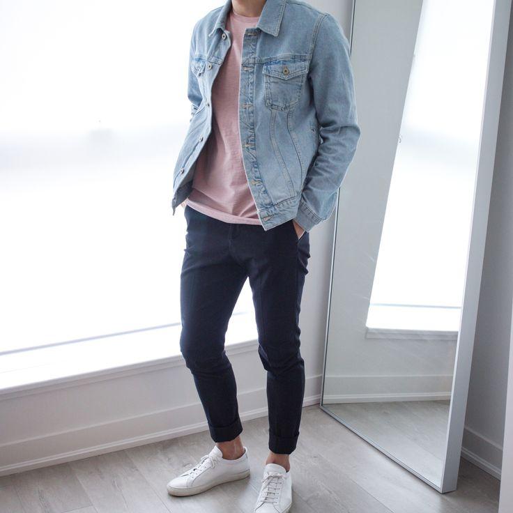 Chamarra de jean azul + Polera rosada + Jean negro + Adidas blancos