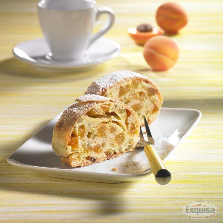 Aprikosen-Pistazien-Quarkstrudel mit Exquisa.  Apricot-pistachio-curd-strudel with Exquisa.